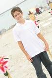 Garçon beau à la plage photographie stock