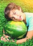 Garçon beau de la préadolescence avec la pastèque Photo stock