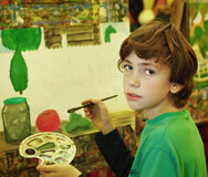 Garçon beau de la préadolescence dans la classe d'art image stock