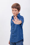 Garçon beau faisant le signe d'arrêt photo stock