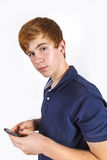 Garçon beau mignon composant avec son mobile Photos libres de droits