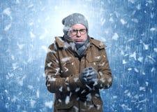 Garçon beau tremblant au concept de tempête de neige images stock