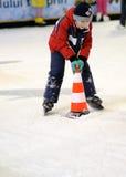 Garçon blanc patinant et apprenant Photographie stock
