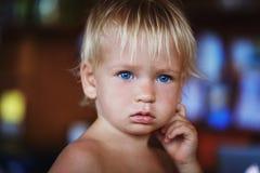 Garçon blond de beauté jeune Photographie stock
