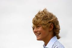 Garçon blond heureux image stock