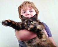 Garçon blond mignon avec un chat Image libre de droits