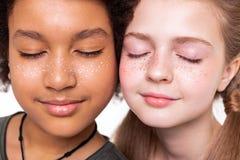 garçon bronzé aux cheveux foncés posant avec la fille aux cheveux longs pâle image stock