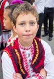 Garçon bulgare dans le costume national aux jeux de Nestenar dans le village des Bulgares Photo stock