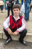 Garçon bulgare dans le costume national aux jeux de Nestinar en Bulgarie Image stock