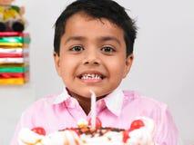 Garçon célébrant la fête d'anniversaire images stock