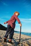 Garçon caucasien blanc drôle d'enfant d'enfant jouant sur la plage de mer d'océan sur le coucher du soleil dehors Photos libres de droits