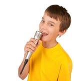 Garçon chantant dans le microphone d'isolement photos stock