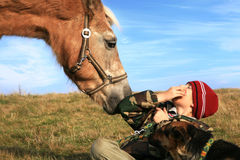 Garçon, cheval et crabots Photo stock