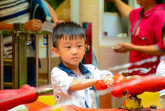 Garçon chinois asiatique jouant avec le jet d'eau Photo libre de droits