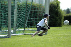 Garçon comme garde à un jeu de football Images stock