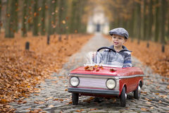 Garçon conduisant avec sa voiture Photo stock