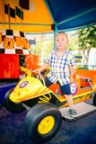 Garçon conduisant la voiture en parc amusemant photographie stock libre de droits