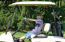 Garçon conduisant le chariot photo libre de droits