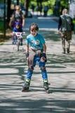 Garçon conduisant les patins intégrés Image libre de droits