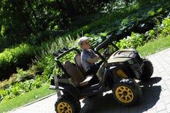 Garçon conduisant une jeep Photos stock