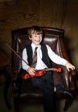 Garçon couvert de taches de rousseur de rouge-cheveux avec le violon se reposant dans le fauteuil Photos stock