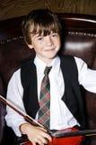 Garçon couvert de taches de rousseur de rouge-cheveux avec le violon se reposant dans le fauteuil Image libre de droits