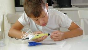 Garçon créatif employant le stylo 3d imprimant la forme 3D banque de vidéos