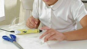 Garçon créatif employant le stylo 3d imprimant la forme 3D clips vidéos