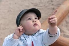 Garçon curieux, se dirigeant avec le doigt vers le haut Images stock