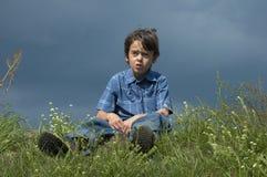 Garçon débarrassé des plants peu vigoureux par jeunes Photos libres de droits