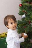 Garçon décorant l'arbre de Cristmas à la maison image libre de droits