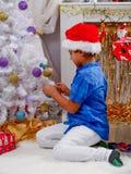 Garçon décorant l'arbre de Noël avec des perles photos libres de droits