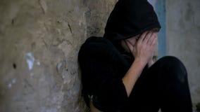 Garçon dépendant s'évanouissant après utilisation des drogues, problème de dépendance parmi la jeunesse photos libres de droits