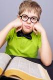 Garçon d'école fatigué Photo stock