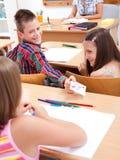 Garçon d'école primaire donnant la lettre d'amour Photographie stock libre de droits