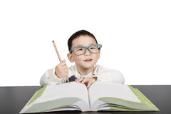 Garçon d'écolier dans le livre d'étude en verre Photo libre de droits