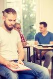 Garçon d'étudiant devant ses compagnons dans la salle de classe Photos libres de droits