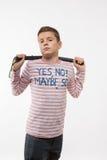 Garçon d'adolescent de brune d'acteur dans un pullover rose avec un bâton Photographie stock