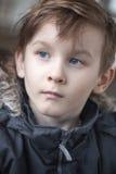 Garçon d'adolescent de mode en portrait de manteau de fourrure photos libres de droits