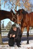 Garçon d'adolescent et deux chevaux bruns Photos libres de droits