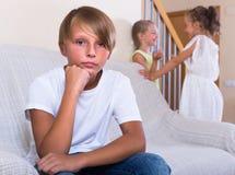Garçon d'adolescent offensé sur de petites amies Photographie stock