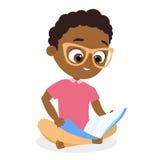 Garçon d'afro-américain avec des verres Jeune garçon lisant un livre se reposant sur le plancher Écran protecteur Style plat de b illustration stock