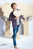 Garçon d'amant tenant un coeur de carton Concept d'amour Photographie stock libre de droits