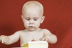 Garçon d'anniversaire mangeant le gâteau Images libres de droits