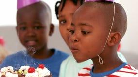 Garçon d'anniversaire soufflant des bougies banque de vidéos
