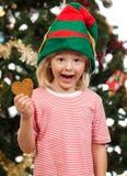 Garçon d'Elf tenant le biscuit de pain d'épice Images stock