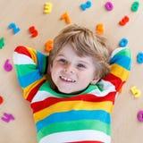 Garçon d'enfant avec des nombres colorés, d'intérieur Photos libres de droits