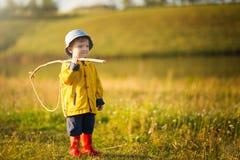 Garçon d'enfant avec la canne à pêche prête pour la pêche image libre de droits