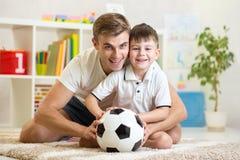 Garçon d'enfant avec le football d'intérieur Photo libre de droits