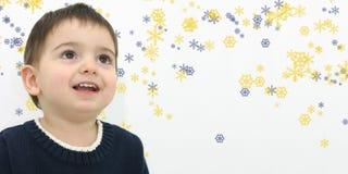 Garçon d'enfant de l'hiver sur le fond de flocon de neige Photos stock